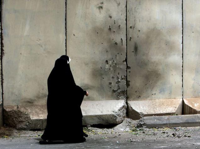 Em Bagdad, o exército norte-americano ergueu, a partir de 2007, blocos de cimento armado, de quase cinco metros de altura, oficialmente para impedir que combatentes xiitas e sunitas ataquem os civis das duas comunidades. As duas comunidades protestaram, alegando que a construção apenas reforça o isolamento e as tensões entre ambas. @DR (Direitos Reservados | All Rights Reserved)