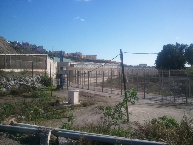 Para trancar a porta a imigrantes e contrabandistas no Norte de África, os espanhóis construíram muros a separar Ceuta e Melilla de Marrocos, que reclama soberania sobre aqueles enclaves autónomos. O de Ceuta custou 30 milhões de euros e foi financiado pela União Europeia; o de Melilla foi avaliado em 33 milhões de euros. @DR (Direitos Reservados | All Rights Reserved)