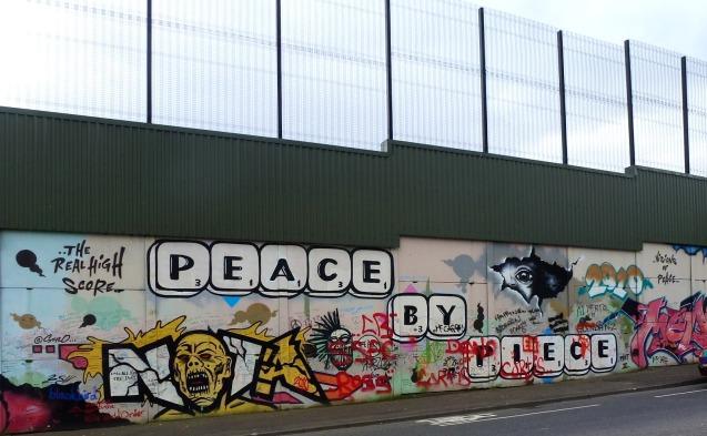 As chamadas Linhas da Paz de Belfast - cerca de 40 barreiras de ferro, tijolo e aço, de mais sete metros de altura, erguidas no início dos anos 1990 para minimizar a violência sectária entre católicos e protestantes - são agora atracções turísticas. @DR (Direitos Reservados | All Rights Reserved)