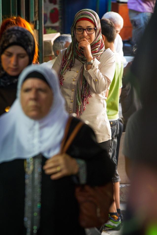"""Com um diagnóstico (inconclusivo) de esclerose múltipla, doença incapacitante, Ohood Murqatem perdeu o emprego em 2011, """"por decréscimo de produtividade"""", num ministério da Autoridade Palestiniana. Uma caixa de injecções para evitar crises que a paralisam custa, por mês, cerca de 1500 dólares. Mesmo quando não pode trabalhar, o YaLa, do qual é coordenadora em Ramallah (Cisjordânia não a deixa sem salário. @ Udi Goren"""