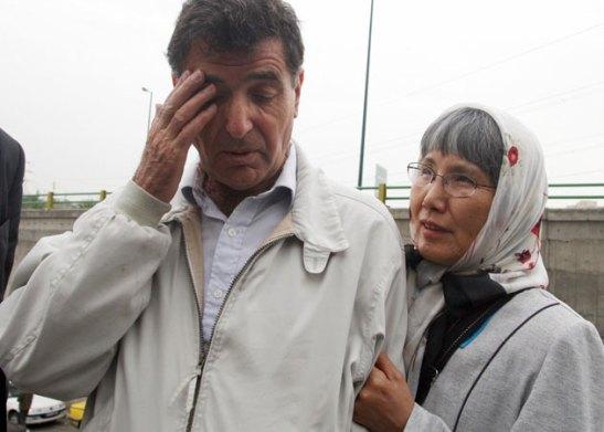 O iraniano Reza Saberi e a sua mulher, a japonesa Akiko, pais de Roxana, aguardam no exterior da prisão de Evin, em Teerão, que a sua filha fosse libertada, em 11 de Maio de 2009. @DR (Direitos Reservados | All Rights Reserved)