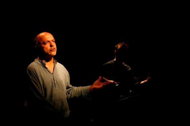 A peça de teatro O Senhor Ibrahim e as Flores do Corão, apresentada pelo Teatro Meridional, estreia no Cineteatro São João em Palmela no dia 12 de julho às 21h30. © Teatro Meridional