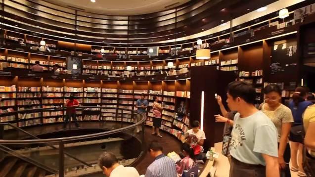 Eslite Books Store é um símbolo intelectual e uma marca de referência em Taiwan. As pessoas vão à Eslite sobretudo à noite, aos fins-de-semana ou nos tempos livres. Deambular pela Eslite é um hábito da nossa vida diária. Talvez nem se compre nada, mas passamos ali um dia inteiro a ler muitos livros. @DR