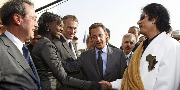 Rama Yade e Muammar Khadafi, durante uma visita controversa do ex-líder líbio a Paris, em 2007. @DR (Direitos Reservados | All Rights Reserved)