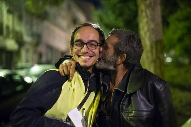 A homeless person was so happy after receiving his locker that he expressed his gratitude by kissing Duarte Paiva. @Nuno Nunes | Associação Conversa Amiga