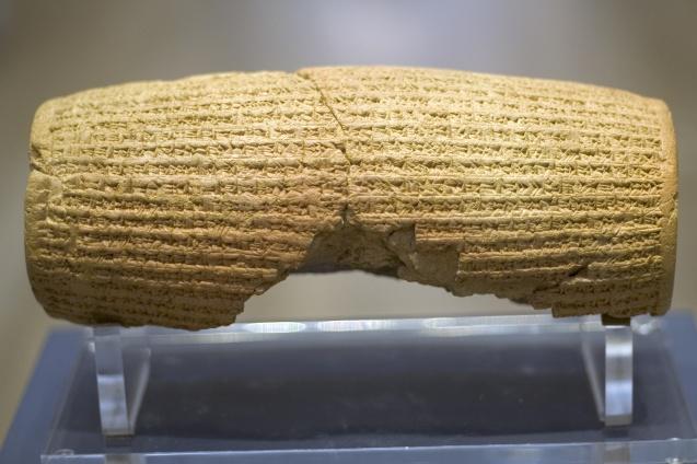 """O Cilindro de Ciro é considerado """"a primeira carta de direitos humanos do mundo"""". Garante liberdade e protecção a todos os cidadãos, independentemente das suas origens e crenças. @British Museum"""