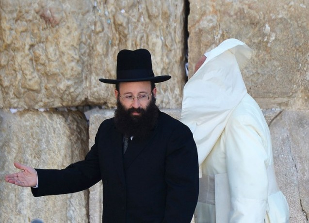 A gust of wind blows Pope Francis' mantle as he stands with Rabbi Shmuel Rabinovitch at the Western Wall © AP