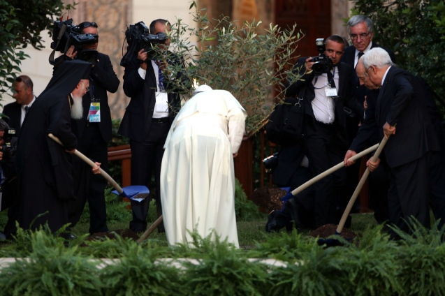 Pope Francis (3rd R), Israeli President Shimon Peres (2nd R), Palestinian President Mahmoud Abbas (R) and Patriarch Bartholomaios I plant an olive tree during a peace invocation prayer at the Vatican Gardens on June 8, 2014 in Vatican City, Vatican. Pope Francis invited Israeli President Shimon Peres and Palestinian President Mahmoud Abbas to the encounter on May 25th during his brief but intense visit to the Holy Land. © Franco Origlia/Getty Images)