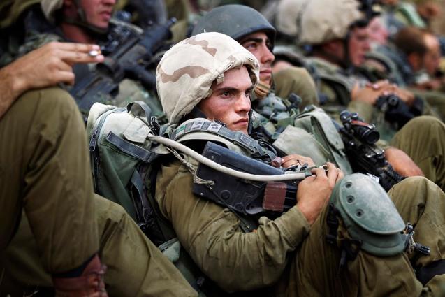 Soldados israelita da Brigada de Infantaria Nahal, na região central da Faixa de Gaza, durante a invasão terrestre, a 12 de Julho de 2014. © Finbarr O'Reilly |Reuters