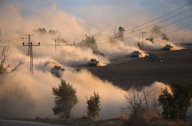 Manobras militares no norte da Faixa de Gaza, em 18 de Julho de 2014, quando Israel intensificou a ofensiva com artilharia, carros de combate e canhoeiras. © Ronen Zvulun | Reuters