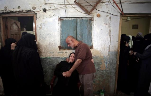 Funeral de oito membros da família palestiniana Al Haj mortos durante bombardeamentos israelitas campo de refugiados de Khan Younis, no sul da Faixa de Gaza, em 10 de Julho de 2014. © Khalil Hamra | AP
