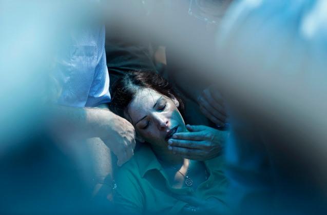A irmã do soldado israelita Tsafrir Bar-Or, morto em Gaza a 20 de Julho de 2014, chora a sua perda durante o funeral em Holon, © Daniel Bar-On/Reuters