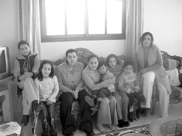 Foto da família Abuelaish. A partir da esquerda estão os oito filhos do médico de Gaza Mayar (morta no ataque israelita em 2009), Etimad, Bessan (morta em 2009), Shatha, Abdullah, Aya (morta em 2009), Raffah e Dalal. © Direitos Reservados | All Rights Reserved