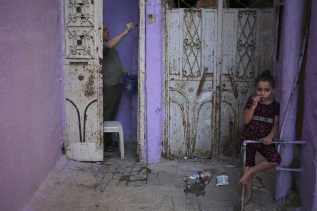 Obras para recuperar a casa da família, na Cidade de Gaza, em Junho de 2015 © Associated Press