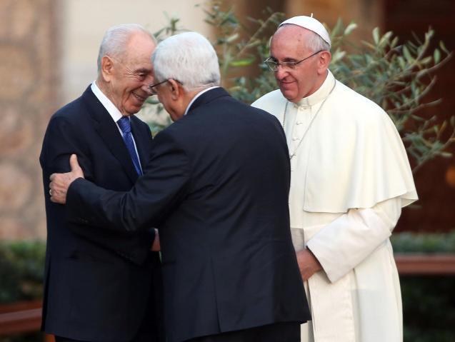 """O abraço do palestiniano Mahmoud Abbas ao israelita Shimon Peres, perante o olhar do Papa Francisco, durante a """"oração pela paz"""" em Junho de 2014, nos jardins do Vaticano. © nbcnews.com"""