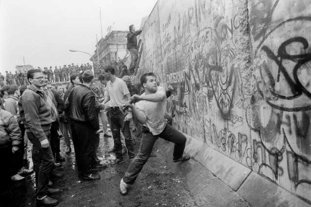 A West-Berliner hitting the wall next to the Brandenburg Gate on November 10, 1989 © Jean-Claude Coutausse