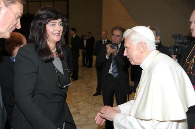 A vaticanista alemã Michaella Koller, entrevistada para este artigo, durante uma audiência com o anterior Papa, Bento XVI, em Dezembro de 2011. © Cortesia de | Courtesy of Michaella Koller