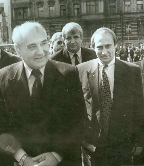 Mikhail Gorbatchov (à esquerda) e Vladimir Putin (à direita), durante um encontro em São Petersburgo: os dois eram discípulos do chefe comunista Iuri Andropov. © Direitos Reservados | All Rights Reserved