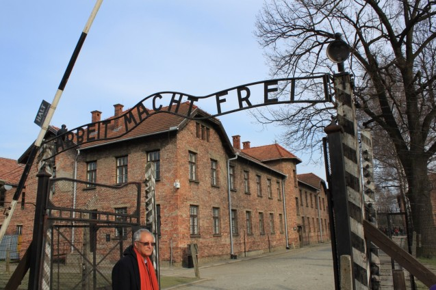 Mohammed Dajani durante a visita com os seus alunos a Auschwitz. © Cortesia de | Courtesy of Mohammed Dajani