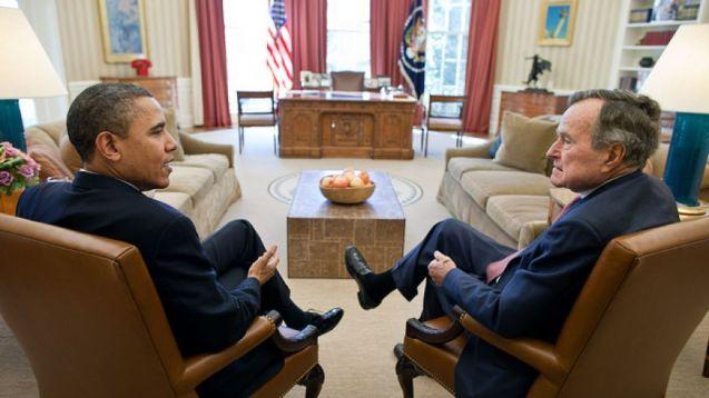 Encontro entre Barack Obama e George H. W. Bush, em 2011, na Casa Branca: o actual é muito mais prudente na sua política externa do que foi o antigo Presidente dos EUA, talvez por este ter sido director da CIA. © Pete Souza