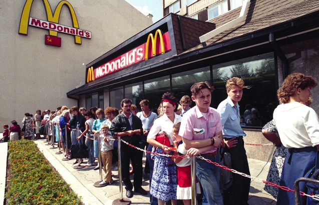 After opening the first McDonald's restaurant in Moscow because of the unprecedented boom queue to the restaurant stretched for hundreds of meters, so the fast service, which is one of the main ideas in the fast food concept was forgotten. During the first day the restaurant personnel served more than 10,000 people. ©