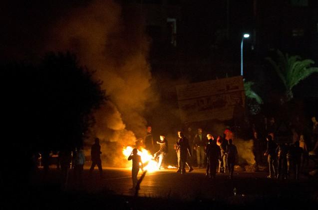Jovens palestinianos em confronto com a Polícia durante protestos na aldeia árabe Kfar Kana, no Norte de Israel, em 10 de Novembro de 2014 * © Ariel Schalit | AP