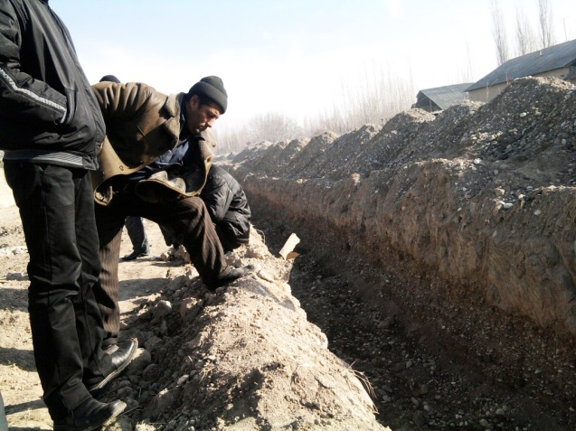 Villagers along the Kyrgyz-Uzbek border in Osh Oblast inspect a ditch dug by authorities to thwart smugglers. But according to villagers many cross-border traders still navigate the several-metres-deep ditch, shown here in March. © Bakyt Ibraimov http://centralasiaonline.com/en