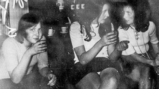 """Angela Merkel não interrompeu o seu """"ritual de sauna"""" das quintas-feiras à tarde. Só à noite foi celebrar, com cerveja, a abertura de um checkpoint que separava as duas Alemanhas ©"""