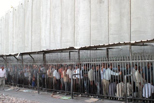 """Além do que designam por """"muro do apartheid"""", os palestinianos enfrentam ainda, diariamente, a humilhação da passagem por checkpoints militares para poderem entrar nas suas terras e casas. © Najeh Hashlamoun / APA images)"""