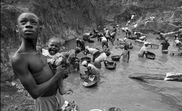 Extracção de ouro - uma das indústrias do Gana que usam e abusam da escravatura infantil - em Accre, a capital. As águas usadas neste processo estão contaminadas com mercúrio @ Lisa Kristine | The Atlantic