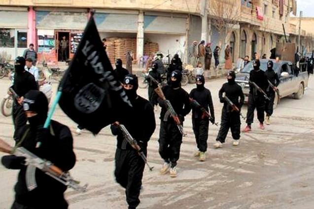 """Foto sem data, colocada com website jihadista e autenticada pela agência Associated Press, mostra combatentes do chamado """"Estado Islâmico"""" (neste artigo aqui designado por DAESH), na cidade de al-Raqqa, sua """"capital"""", na Síria. @ AP Photo/Militant Website, File"""