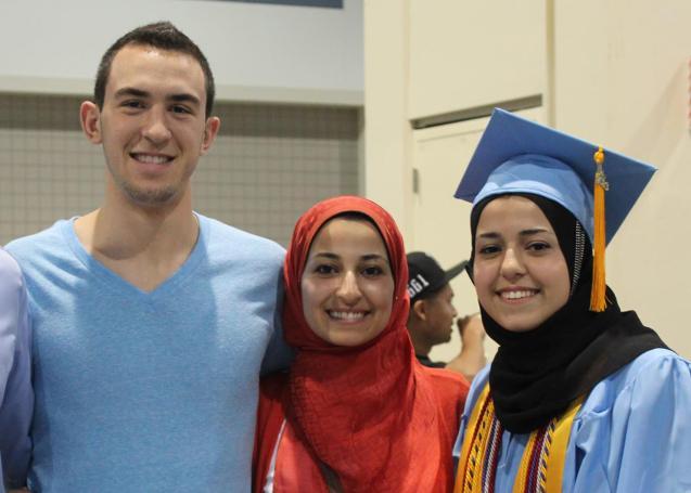 Deah Shaddy Barakat, 23 anos, da sua mulher Yusor Mohammad Abu-Salha, 21, e da irmã desta, Razan Mohammad Abu-Salha, 19. © Direitos Reservados | All Rights Reserved