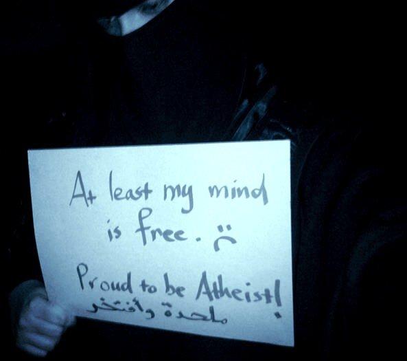 """Uma jovem de 23 anos que se identifica como @Hafsa é uma das que mais usam, no Tweeter, a hashtag #CampaigntoTearTheQuraninSaudiArabia (""""Campanha para rasgar o Corão na Arábia Saudita). A primeira vez que foi usada, teve mais de 7800 partilhas numa só semana. No cartaz lê-se: Pelo menos a minha mente é livre. Orgulho em ser ateia! © vocativ.com"""