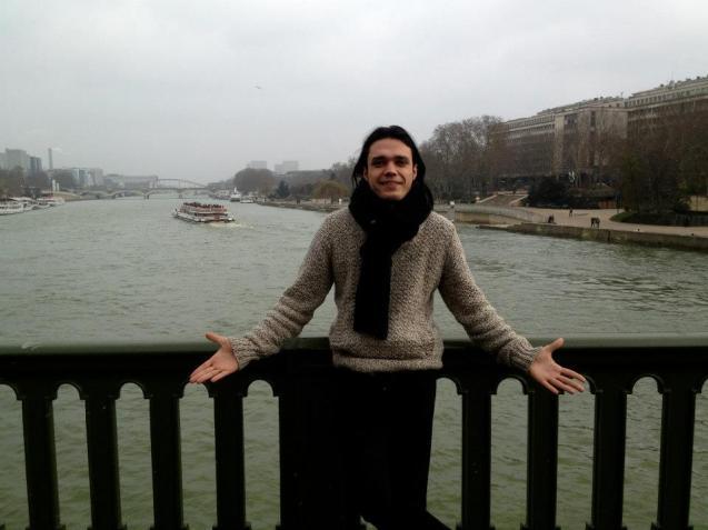 """O blogger ateu palestiniano Waleed al-Husseini, preso, torturado e forçado ao exílio em França por ter criado uma página de FB a que deu o nome de """"Eu Sou Deus"""". © laregledujeu.org"""