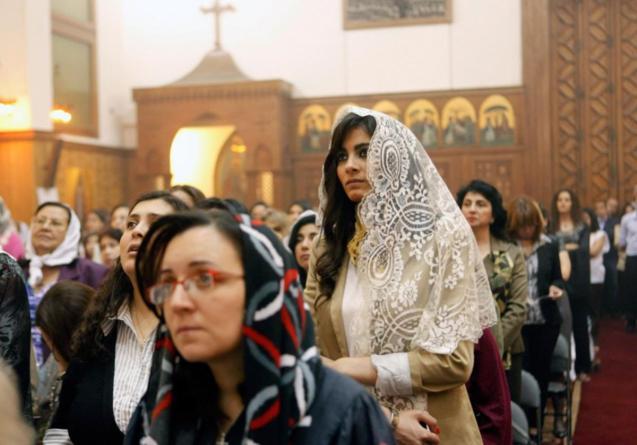 Cristãos coptas celebram a Páscoa numa igreja do Cairo: a minoria egípcia tem sido alvo de inúmeras pressões e perseguições, sob vários governantes, e aumenta o número dos que opta pelo exílio. © theorthodoxchurch