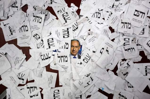 Uma foto de Benjamin Netanyahu misturada com panfletos eleitorais no chão da sede do Likud , em Telavive, depois da festa da vitória do partido, em18 de Março de 2015 © Amir Cohen | Reuters