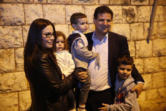 Ayman Odeh, o líder da Lista Conjunta, numa foto, com a mulher e os três filhos, partilhada na sua conta de Twitter © @Ayman_Odeh_TJL