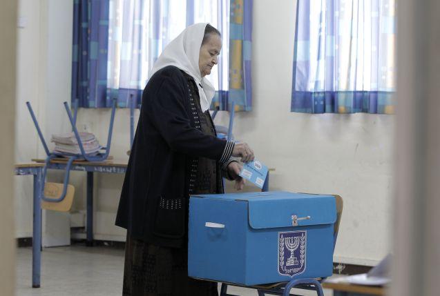 Uma palestiniana de cidadania israelita vota na cidade de Haifa, nas eleições de 17 de Maço de 2015 © Ahmad Gharabli | AFP