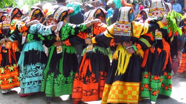 Embora gozando de uma grande liberdade na sua comunidade, é entre as mulheres kalahsha (aqui numa dança ritual) que se regista o maior número de conversões. A pobreza e as pressões dos Taliban ajudam a explicar o abandono da fé original. © Direitos Reservados | All Rights Reserved