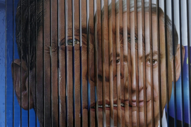 Cartaz eleitoral em Telavive com os rostos do trabalhista Isaac Herzog, líder da União Sionista (com Tzipi Livni) e de Benjamin Netanyahu, o primeiro-ministro reeleito para mais um mandato. © Bat Ratner | Reuters