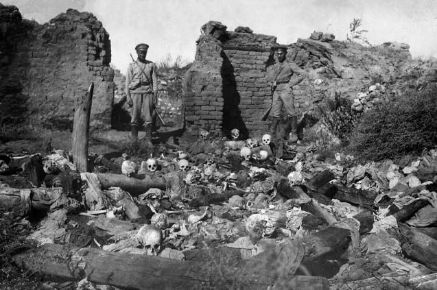 """A Turquia moderna apenas reconhece """"uma grande catástrofe"""": enquanto não reconhecer o genocídio viverá em tensão permanente, e os milhões de arménios na diáspora não reencontrarão a sua identidade. ©http://historyrepeating.org"""
