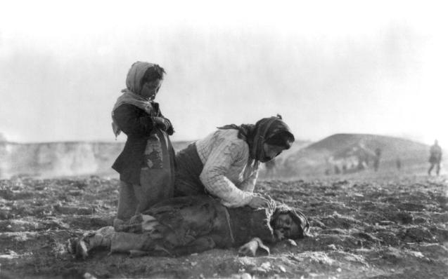 """""""Há uma acrescida pressão e persuasão adicional. Não apenas na Turquia, para que enfrente sinceramente o seu passado, mas também nos Estados da comunidade internacional que, até agora, se têm recusado a apoiar a veracidade histórica do genocídio arménio."""" Na foto uma mãe tenta salvar uma criança, em 1915. © wikimedia.org"""