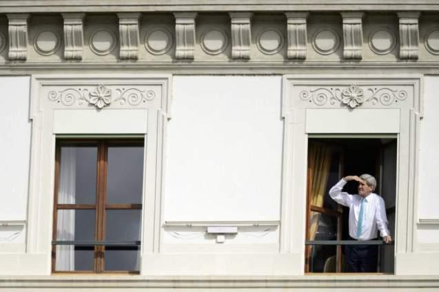 O secretário de Estado norte-americano, John Kerry, na janela do seu quarto de hotel com vista para o Lago de Genebra, numa pausa das negociações com o Irão em Lausanne, Switzerland, em 1 de Abril de 2015. Um acordo parecia longínquo mas acabou por ser conseguido no dia 2. © Laurent Gillieron | EPA