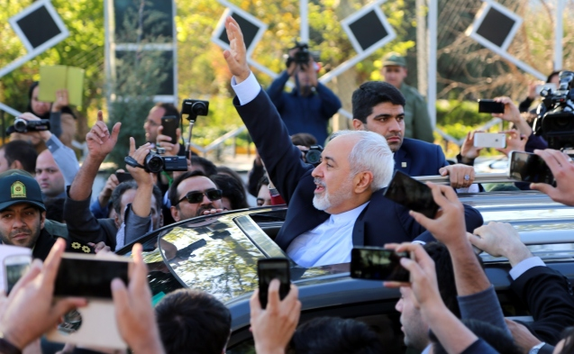 TEHRAN, IRAN - APRIL 3: Iranian Foreign Minister Mohammad Javad Zarif (C) greets people as nuclear negotiating committee arrive at Mehrabat Airport in Tehran on April 3, 2015, after the announcement of an agreement on Iran nuclear talks. Iran and six world powers have agreed on April 2 in Lausanne on the key points of a deal over Iran's controversial nuclear programme. © Fatemeh Bahrami/Anadolu Agency/Getty Images)