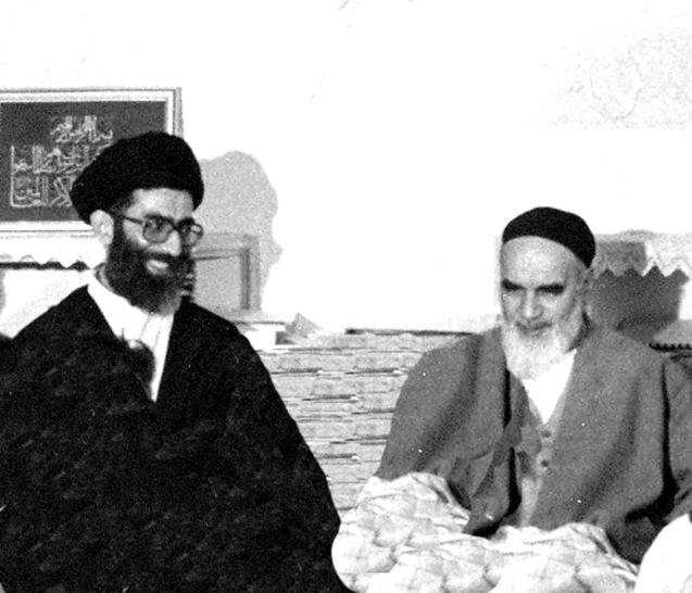 Ali Khamenei (à esquerda, um hojatoleslam - grau abaixo de ayatollah- não foi a primeira escolha de Khomeini (à direita) para sucessor. O herdero designado eta Ali Montazeri que caiu em desgraça por criticar os excessos da nova República Islâmica. © Direitos Reservados | All Rights Reserved
