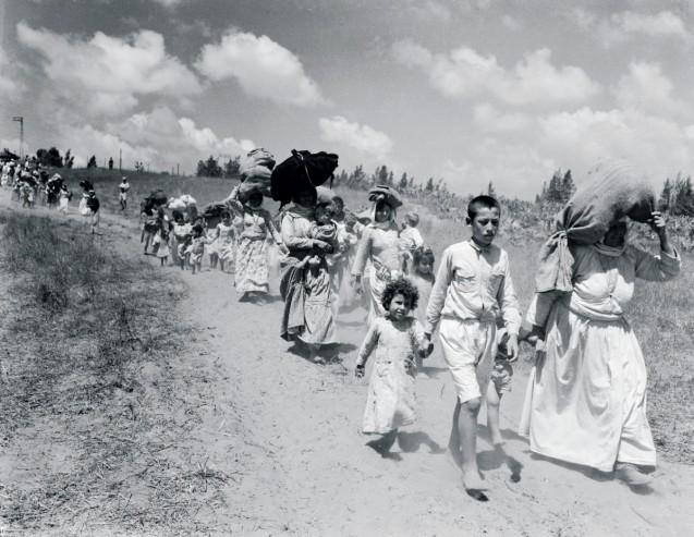 A caminho do exílio durante a guerra de 1948, em Lydda, a que Israel deu o nome actual de Lod - uma cidade mista de judeus e árabes. A Porta de Sol, de Elias Khoury, é uma declaração de amor aos palestinianos despojados da sua pátria. © Direitos Reservados | All Rights Reserved