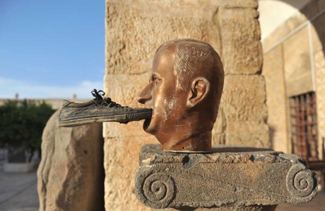 Um sapato colado à boca de uma estátua de Hafez al-Assad, no Museu de Maaret al-Numan, na província de Idlib, área sob contrlo (foto de 17 de Outubro de 2012.  © Bulent Kilic | AFP | Getty Images