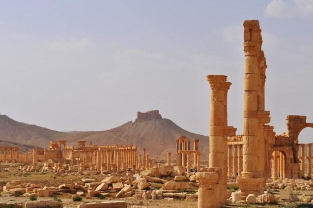 A cidade de Palmira, na Síria, classificada pela UNESCO como Património da Humanidade, foi igualmente conquistada pelo DAESH - que já destruiu a famosa estátua do deus leão deste complexo arquitectónico. © geographylists.com