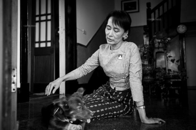 """Aung San Suu Kyi na sua casa em Rangoon, antiga capital da Birmânia. Em 24 de Outubro de 2013, numa entrevista que deu, ao programa """"Today"""", da BBC, a Nobel da Paz e presidente do partido Liga Nacional para a Democracia defendeu-se assim do seu silêncio face ao drama dos Rohingya: """"O mundo precisa de entender que não há apenas medo no campo dos muçulmanos, mas também no dos budistas. (…) Creio que devem aceitar que há uma grande percepção de um poder islâmico mundial, não só na Birmânia como no resto do mundo."""" © versacephotography.com/"""