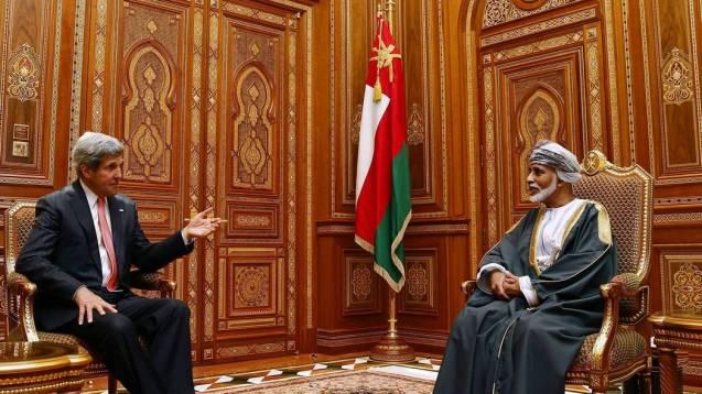 O secretário de Estado americano, John F. Kerry, (à esq.), numa audiência com o Sultão Qaboos, em Mascate, a capital de Omã, em Maio de 2013. O objectivo da visita foi assinar um acordo de assistência militar mas, sobretudo, continuar o processo diplomático até então secreto com o Irão. © Jim Young